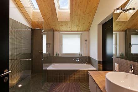 EFH Huggenberg: moderne Badezimmer von Giesser Architektur + Planung