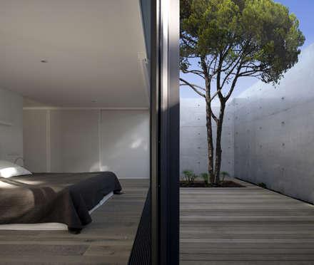 Casa na Comporta: Quartos modernos por RRJ Arquitectos