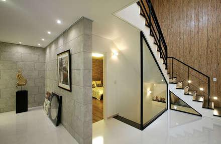 갤러리홀: OUA 오유에이의  복도, 현관 & 계단