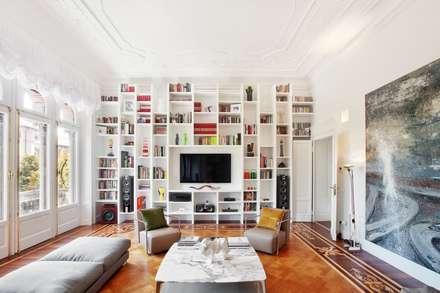 Appartamento Via Elba - Milano: Soggiorno in stile in stile Classico di PADI Costruzioni srl
