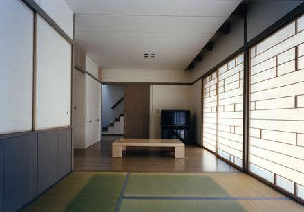 東福寺の家: 株式会社 坂田基禎建築研究所が手掛けたリビングです。