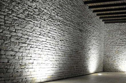 VIVIENDA MARTINEZ-REQUENA: Bodegas de estilo minimalista de Q+C Arquitectura y Ciudad