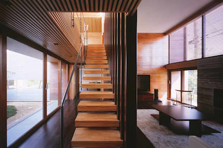 木ルーバーの家: 平林繁・環境建築研究所が手掛けた玄関・廊下・階段です。