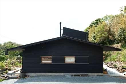 東側から見た妻側: 宇佐美建築設計室が手掛けた家です。