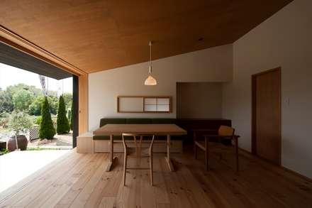 居間: 宇佐美建築設計室が手掛けたリビングです。