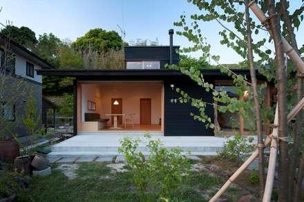 南庭から見た全景: 宇佐美建築設計室が手掛けた家です。