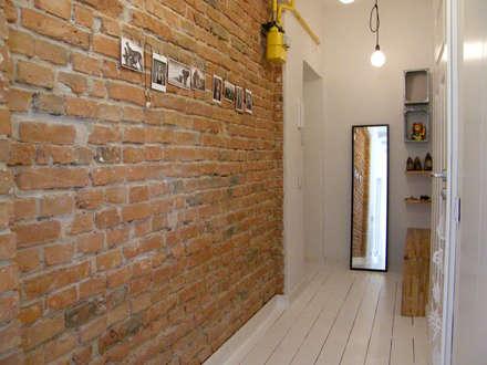 Mieszkanie w kamienicy: styl , w kategorii Korytarz, przedpokój i schody zaprojektowany przez Mint&Brisk