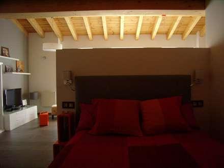 Dormitorio: Dormitorios de estilo ecléctico de ESTUDIO DE ARQUITECTURA 4TRAZOS