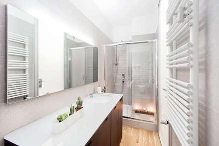 il bagno ospiti: Bagno in stile in stile Moderno di 23bassi studio di architettura