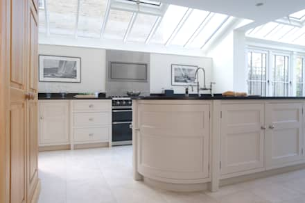Barnes Townhouse | Simple, White & Bright Classic Contemporary London Kitchen:  Skylights by Humphrey Munson