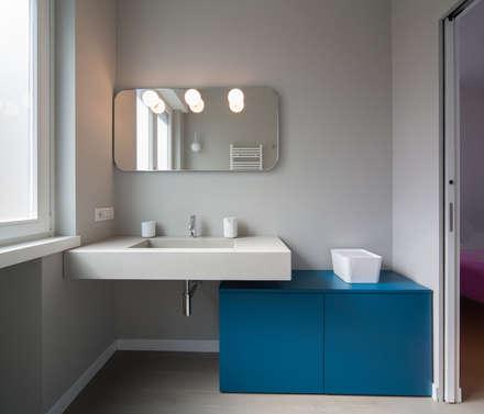 Radiant White: Bagno in stile in stile Minimalista di ristrutturami