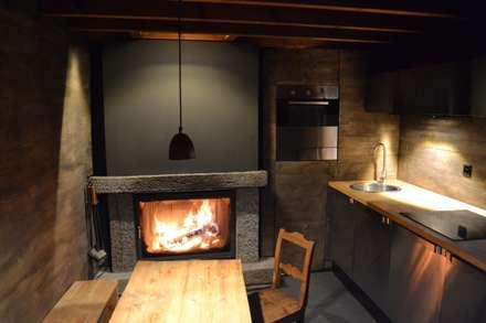 Küche im Erdgeschoss: rustikale Küche von André Rösch Architekt