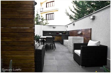 Corte: zona pranzo/divani e cucina esterna: Case in stile in stile Moderno di Ignazio Buscio Architetto