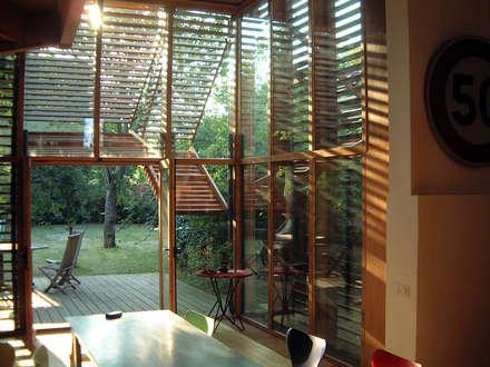 Maison B1: Salle à manger de style de style Moderne par SARL BOURILLET ET ASSOCIES
