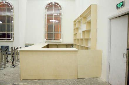 Барная стойка со стеллажами на выставку Бал Роботов: Галереи  в . Автор – Мебельная компания FunEra. Изготовление мебели из фанеры на заказ. http://www.fun-era.ru