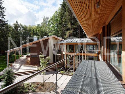 """Дом """"Woodlark"""" - комбинированные конструкции: Tерраса в . Автор – NEWOOD - Современные деревянные дома"""