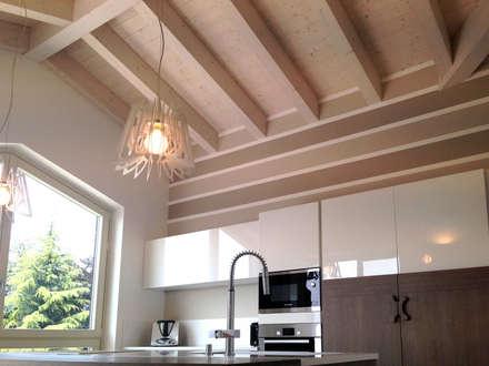 Villa singola in legno: Cucina in stile in stile Classico di Marlegno