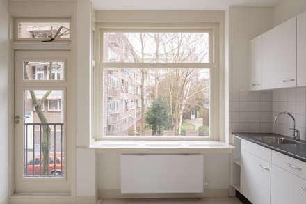 Royaal Boven Wonen: minimalistische Keuken door Studio LS