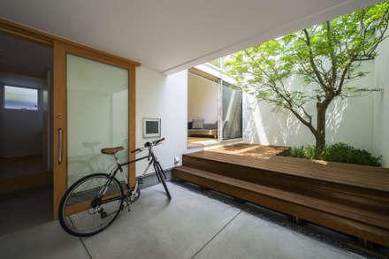 エントランス&中庭: プラスアトリエ一級建築士事務所が手掛けたベランダです。