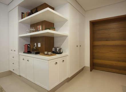 Residência Vale do Itamaracá: Cozinhas rústicas por Cria Arquitetura
