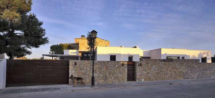 Vista desde la calle: Casas de estilo mediterráneo de Chiarri arquitectura
