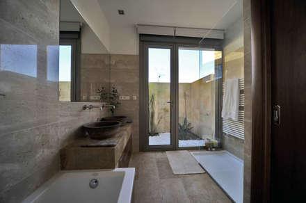 Baño : Baños de estilo mediterráneo de Chiarri arquitectura