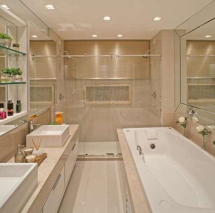 Clássico ao Luxo: Banheiros minimalistas por Mariane e Marilda Baptista - Arquitetura & Interiores