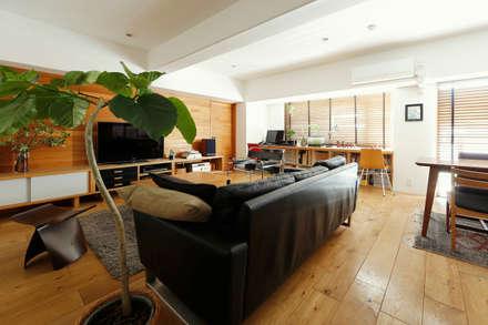 シンプルに住む家: ELD INTERIOR PRODUCTSが手掛けたリビングです。