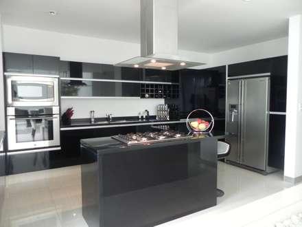 CASA ZAGO: Cocinas de estilo minimalista por ARKIZA ARQUITECTOS by Arq. Jacqueline Zago Hurtado