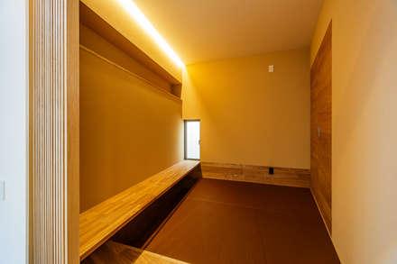 Salas multimedias de estilo  por 一級建築士事務所haus