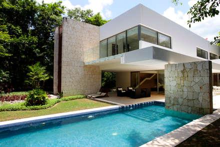 Casa entre Arboles: Albercas de estilo moderno por Enrique Cabrera Arquitecto