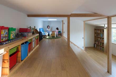 横浜の二世帯住宅 ロフト: 【快適健康環境+Design】森建築設計が手掛けた子供部屋です。