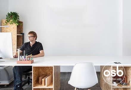 Mesa de trabajo: Estudios y despachos de estilo moderno de osb reformas