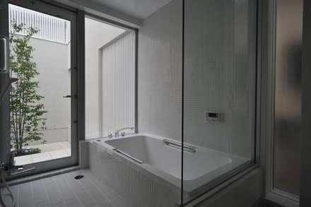 谷津の家 豊かな陽ざしにも関わらず、プライバシーに気を遣わなくてすむ家: アトリエ24一級建築士事務所が手掛けた浴室です。