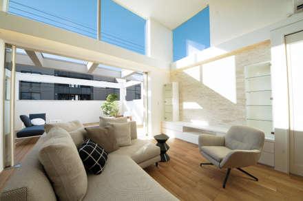 高天井のリビング: TERAJIMA ARCHITECTSが手掛けたリビングです。