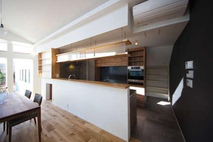 ダイニングをのぞむキッチン: TERAJIMA ARCHITECTSが手掛けたキッチンです。