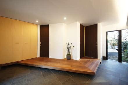 家族と空間をつなぐ通り土間: TERAJIMA ARCHITECTSが手掛けた玄関・廊下・階段です。