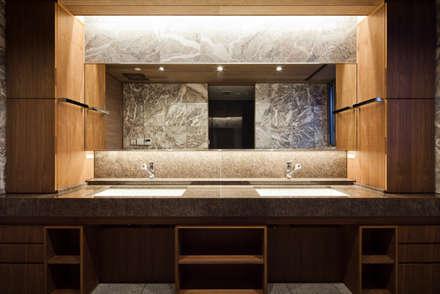 洗面: 依田英和建築設計舎が手掛けた浴室です。