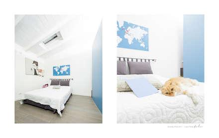 the blue whale: Camera da letto in stile in stile Minimalista di 23bassi studio di architettura