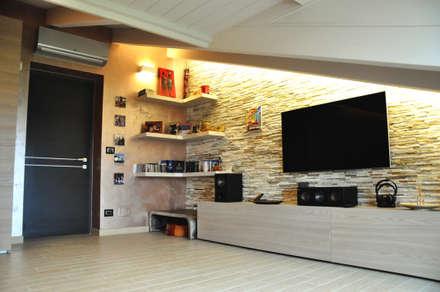 mansarda 2014: Sala multimediale in stile  di sposarchi