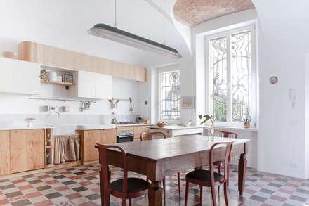 cucina: Cucina in stile in stile Classico di Giovanna Cavalli Architetto