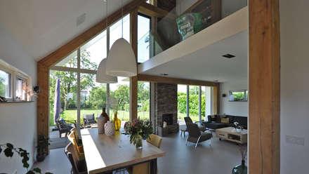 Woonkamer en eethoek: moderne Eetkamer door Bongers Architecten