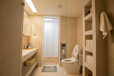 아파트속 모던 갤러리를 꿈꾼다: (주)바오미다의  욕실