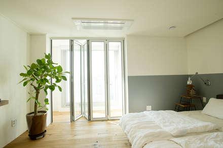 아파트속 모던 갤러리를 꿈꾼다: (주)바오미다의  침실