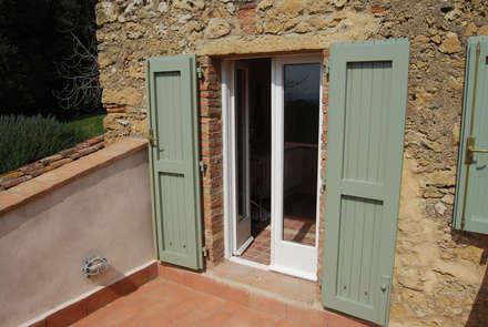 Finestre porte in stile rustico idee homify for Casa classica toscana srl