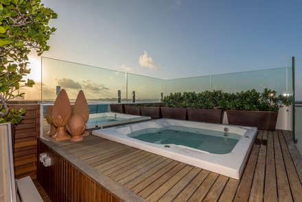 COBERTURA BEIRA OCEANO ATLAMTICO: Piscinas tropicais por Renato Teles Arquitetura