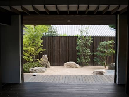 居間から南庭を見る:       古津真一 翔設計工房一級建築士事務所が手掛けた庭です。