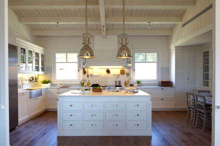 Isla de trabajo: Cocinas de estilo moderno de DEULONDER arquitectura domestica