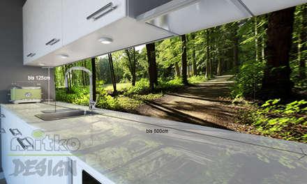 Wohnen und kochen mitten im Wald?: moderne Küche von Mitko Design
