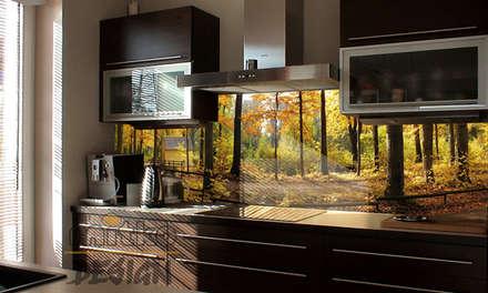 Blick in den Herbstwald: moderne Küche von Mitko Design